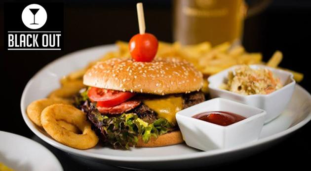 Fotka zľavy: Black Out restaurant and music bar vás pozýva pochutnať si na skvelých hamburgeroch s bohatou prílohou! Porcia jedného alebo štyroch hamburgerov už od 3,89€!