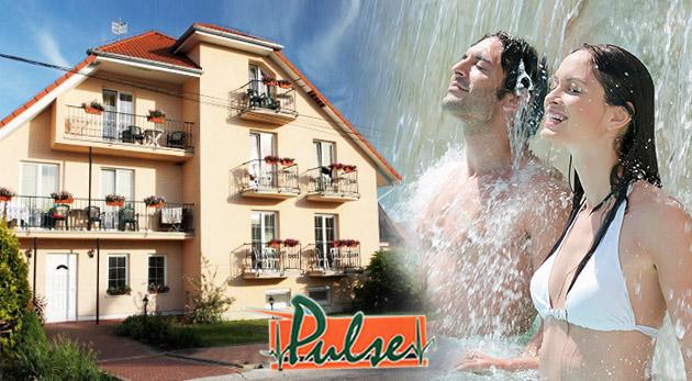 Fotka zľavy: Príďte načerpať nové sily do Podhájskej počas 4 dní! Polpenzia, bazén s morskou vodou, doprava na kúpalisko a zvýhodnený vstup do Rímskych kúpeľov v Penzióne Pulse len za 89€ na osobu.