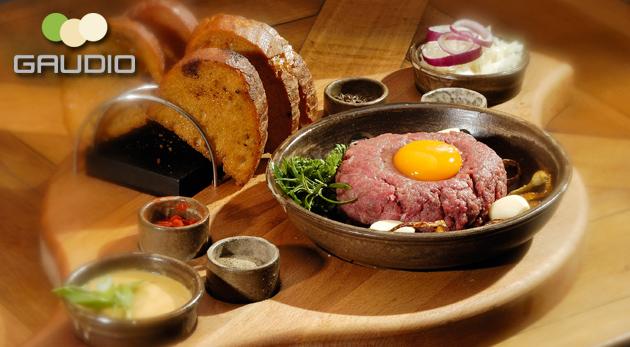 Fotka zľavy: Lahodný tatarský biftek a neobmedzené množstvo do zlatista upečených hrianok len za 4,90€ v Hoteli Gaudio. Nechajte sa zlákať podmanivou vôňou kvalitného jedla!