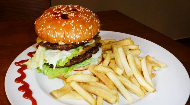 Fotka zľavy: Najlepší burger v meste - little alebo dvojitý už od 2,99€ vrátane bohatej oblohy. Navštívte Staromestský pub a vychutnajte si skvelé jedlo so zľavou až 49%. Možnosť take away.