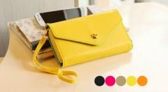 Zľava 40%: Majte potrebné veci vždy po ruke vďaka praktickej minikabelke, peňaženke a puzdru na mobil v jednom len za 6,99 €. Elegantný dizajn a päť farebných variácií podčiarkne každý váš letný outfit.