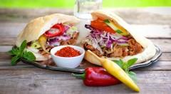 Zľava 28%: Zažeňte hlad rýchlo a pochutnajte si na kebabe, ktorý vás zasýti a poteší každý váš chuťový pohárik v centre na Trnavskom mýte. Môžete si vybrať kebab v žemli, v placke alebo v boxe už od 1,80 €.