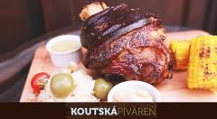 Zľava 40%: Vychutnajte si 1 kg grilovaných bravčových rebierok alebo 2 kg koleno s prílohou s tradičným českým pivom Kout už od 9,50 € v Koutskej pivárni v bratislavskom Starom Meste.