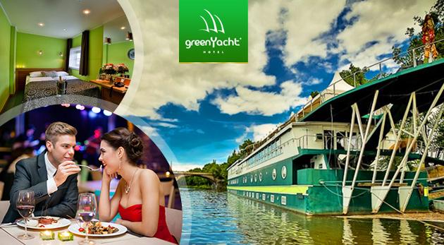 Fotka zľavy: Zoberte svoju polovičku na výlet do magickej Prahy a vychutnajte si netradičné ubytovanie na vlnách Vltavy v Romantickej kajute luxusného botela GreenYacht**** už od 58 € vrátane raňajok či večere.