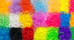 Zľava 80%: Kreatívne sady gumičiek Loom Bands na vytváranie originálnych náramkov alebo iných dekorácií už od 1,99 €! Zábava, aktívny oddych a rozvíjanie fantázie v jednom! Vyberte si 2 alebo rovno 3 sady!