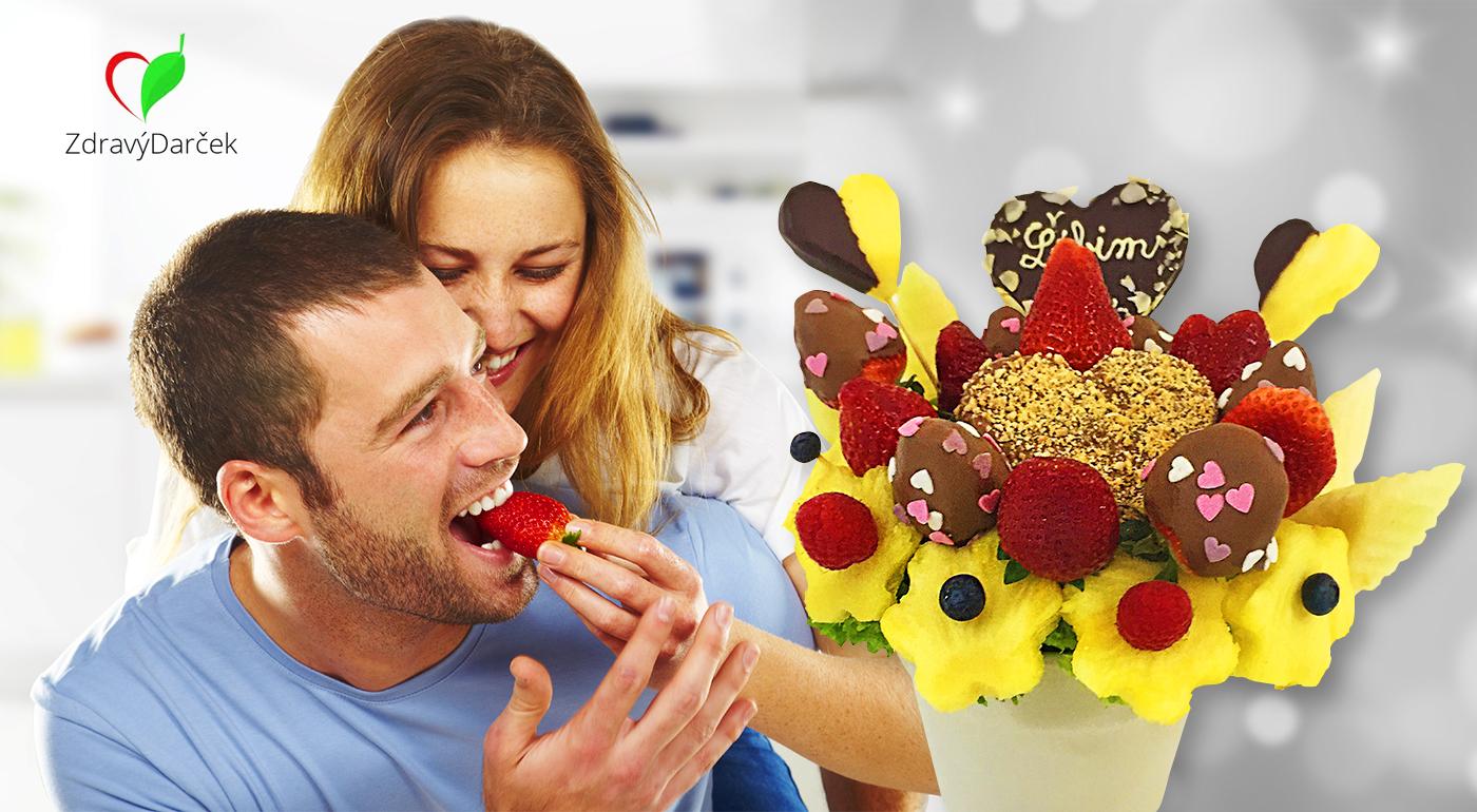 Fotka zľavy: Zabodujte u svojej lásky originálnym darčekom - jedlou kyticou z ovocia len za 24,99 €! Rôzne druhy ovocia sú máčané v čokoláde a posypané orieškami. Navyše dovoz v rámci Bratislavy a okolia v cene!